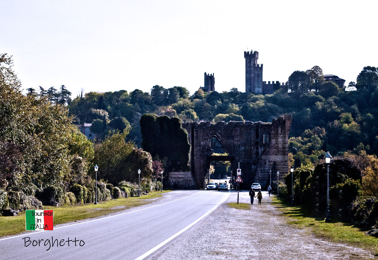 Borghetto, sullo sfondo il castello scaligero