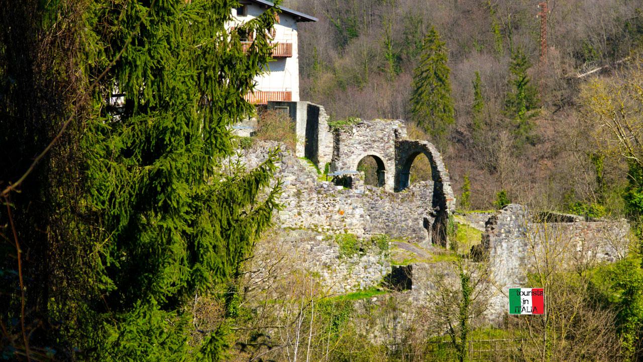 Cornello dei Tasso, ruderi di palazzo Tasso visto dalla via mercatorum