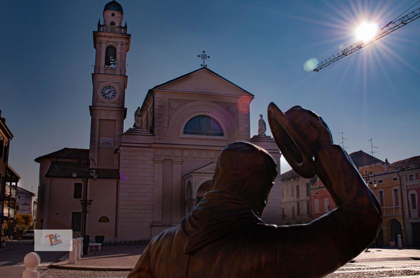 Brescello, statua Peppone e chiesa - turista a due passi da casa