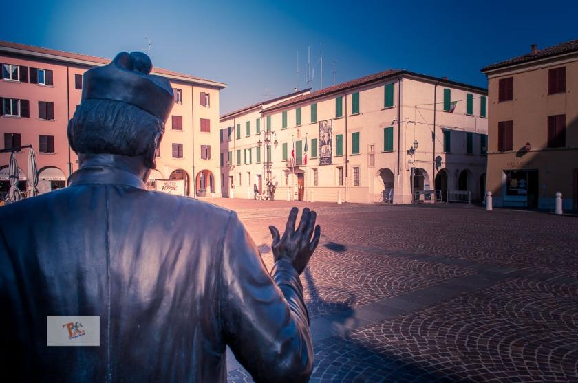 Brescello, statua Don Camillo e municipio - turista a due passi da casa