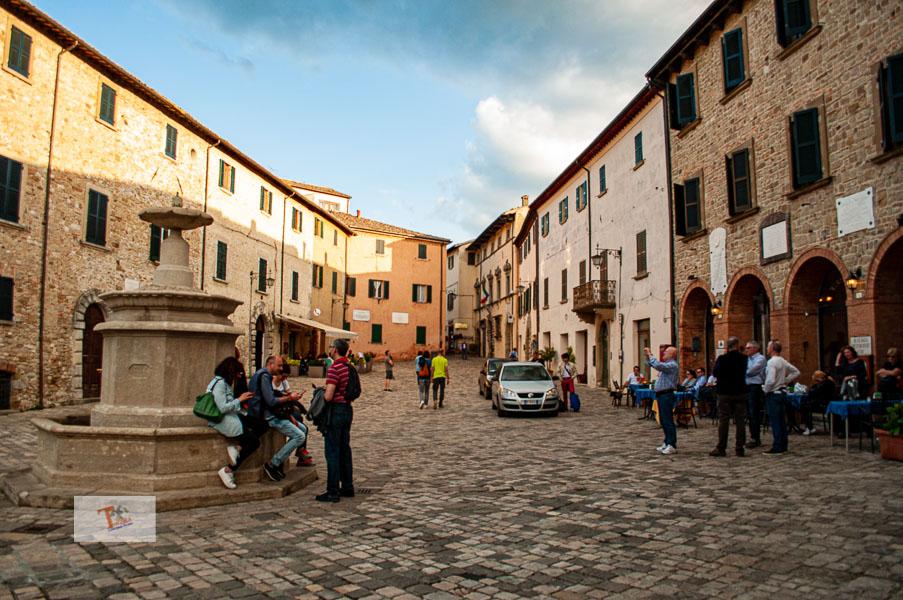 San Leo, Piazza Dante Alighieri - Turista a due passi da casa