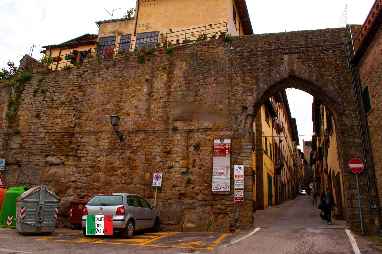 Cortona mura etrusche e porta d'accesso al centro cittadino