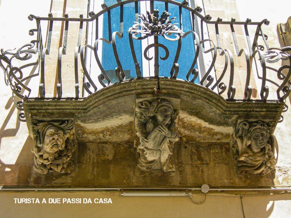 Ragusa Ibla, particolare di un balcone - Turista a due passi da casa