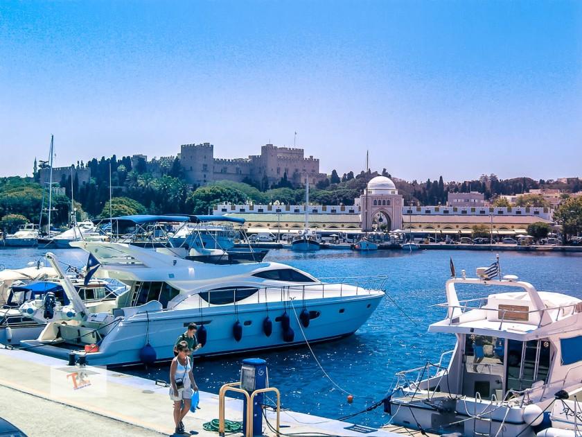 Rodi, sullo sfondo la città medievale - Turista a due passi da casa