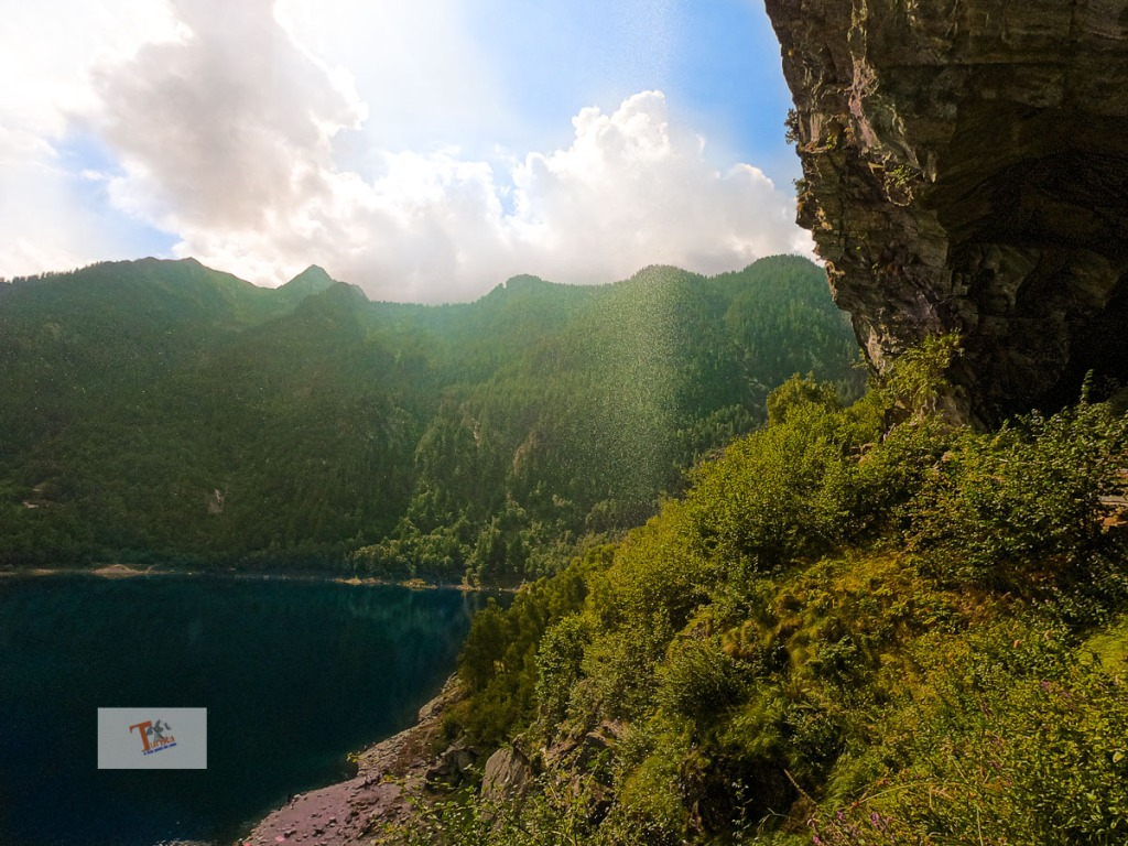 Lago di Antrona, il passaggio sotto la cascata - Turista a due passi da casa