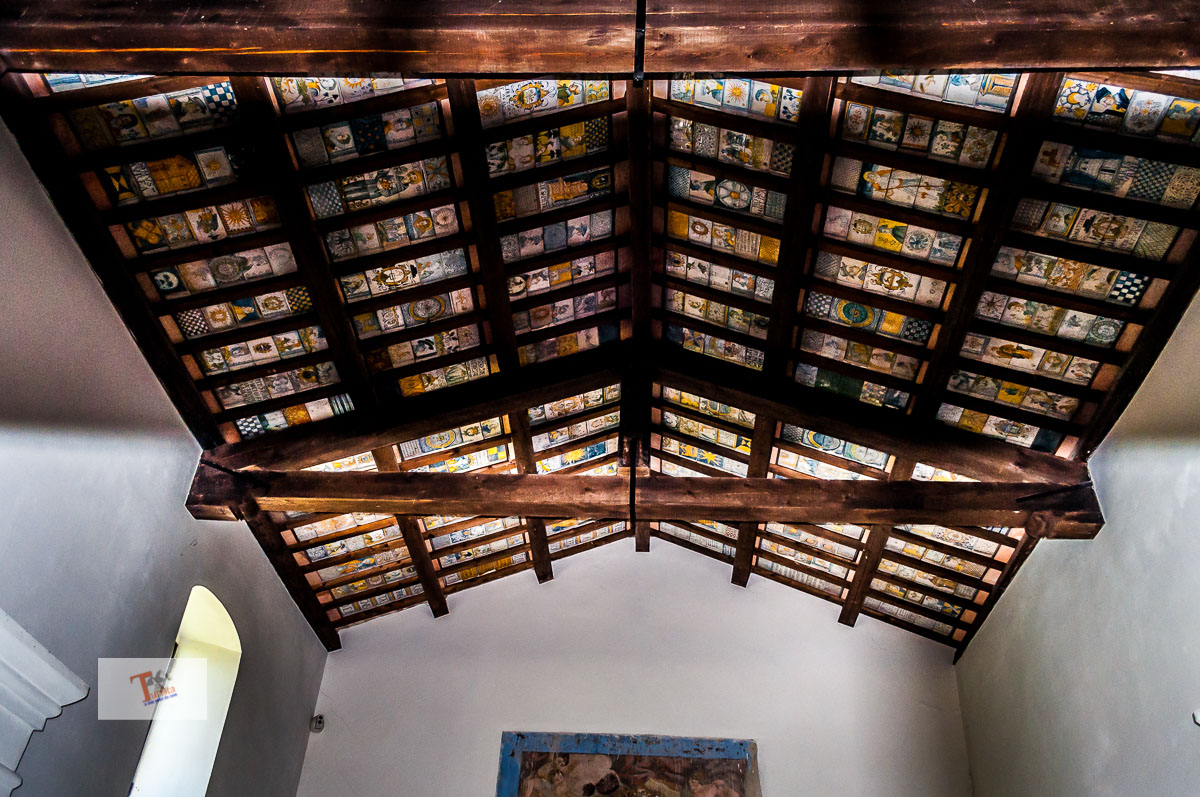 Castelli, chiesetta di San Donato, soffitto maiolicato - Turista a due passi da casa