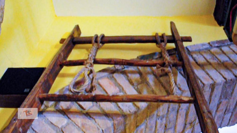 Grotte di Gradara, strumento di tortura 02- Turista a due passi da casa