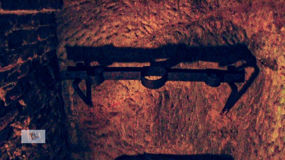 Grotte di Gradara, strumento per legare i prigionieri 02- Turista a due passi da casa