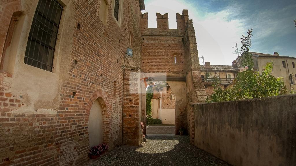 Buronzo, castello, porta torre vista dall'interno - Turista a due passi da casa
