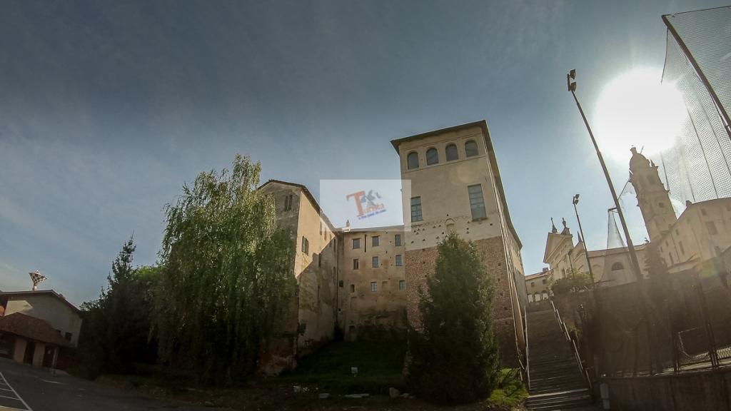 Buronzo, castello, visto dalla piazza sottostante - Turista a due passi da casa