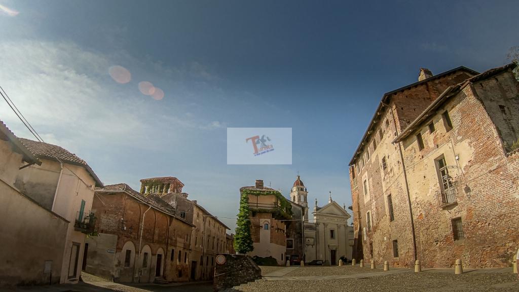 Buronzo, piazza del castello - Turista a due passi da casa