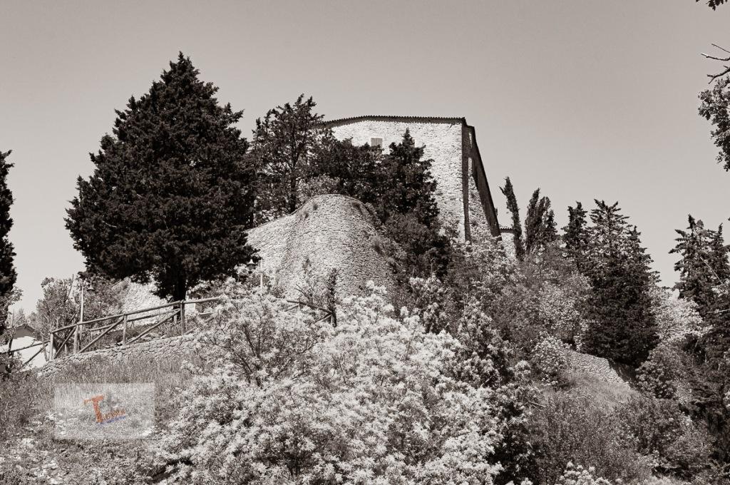 Montebello, la rocca vista dal borgo - Turista a due passi da casa