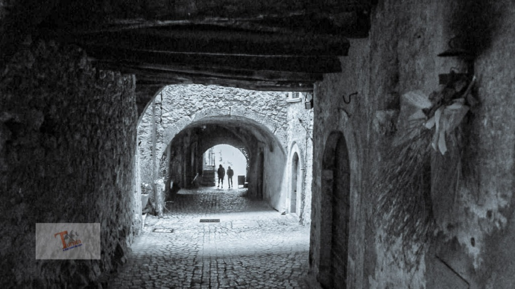 Santo Stefano di Sessanio, via porticata - Turista a due passi da casa